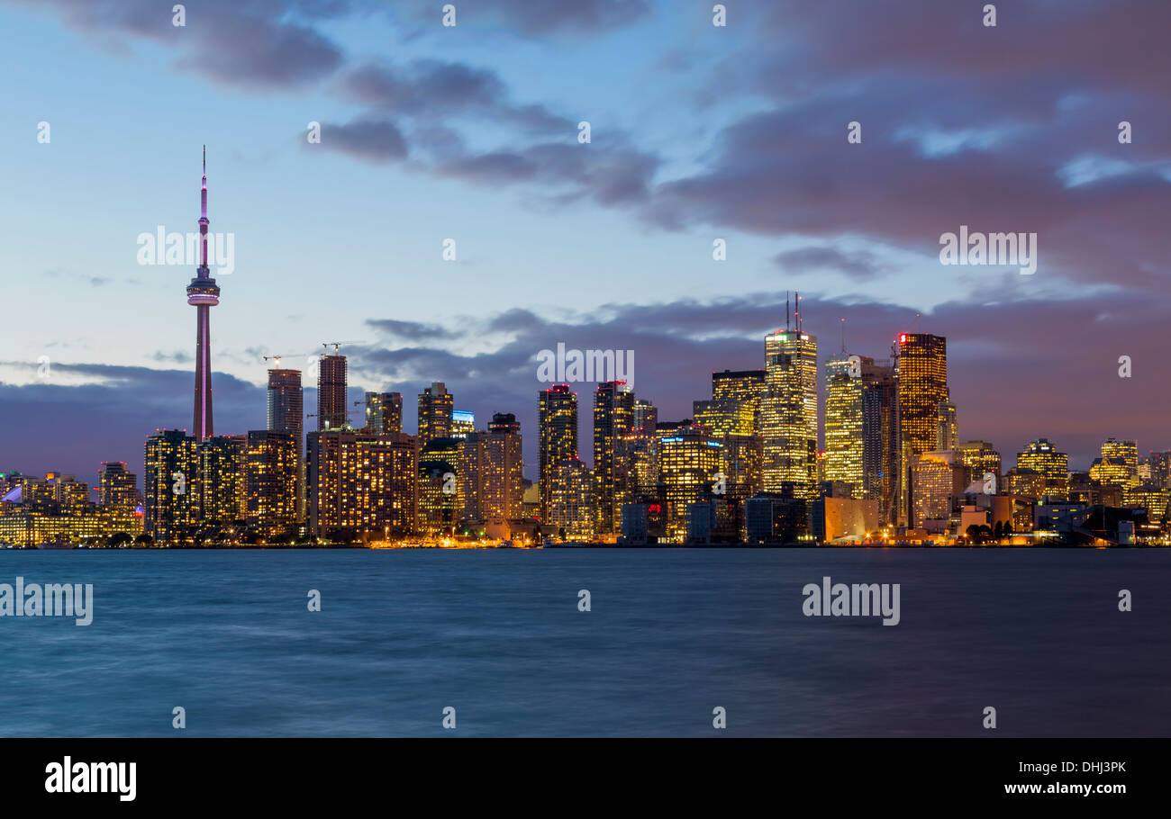 Horizonte de Toronto a través del Lago Ontario, Canadá durante la noche Imagen De Stock
