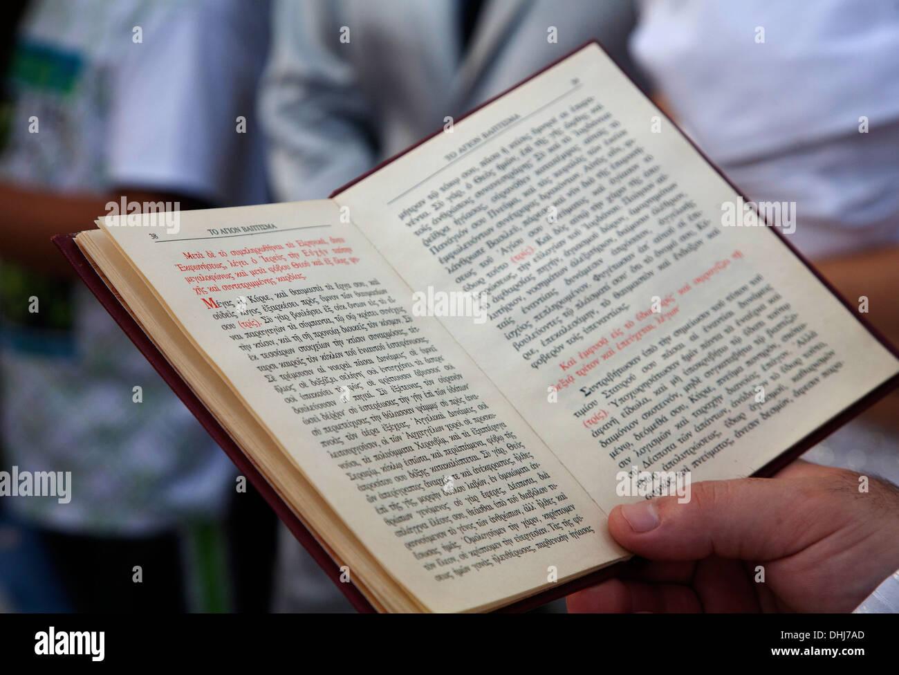 Folleto cristiano salmo ceremonia de boda ortodoxa escritos religiosos religión espiritual creencia ortodoxa leer estudio sacerdote creencia Foto de stock