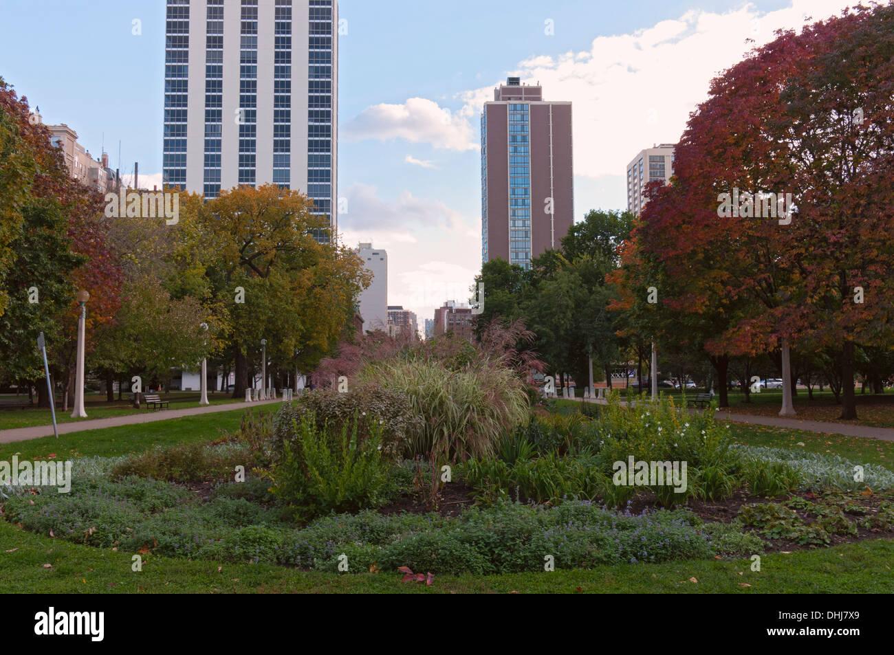 Lincoln Park Garden y pasarelas enmarcado por altos edificios en el ...