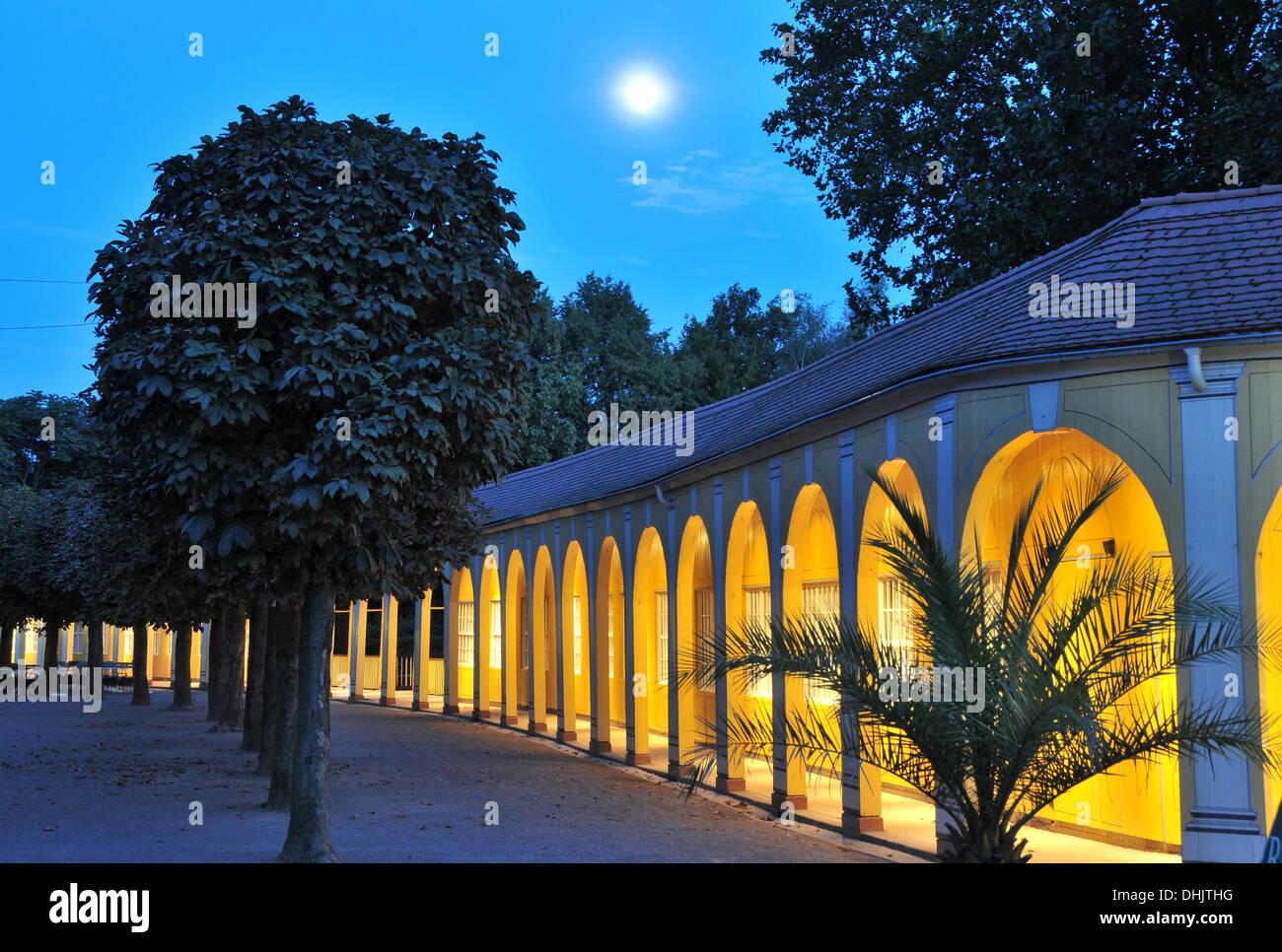 Kurpark arcadas en la iluminada por la noche, Mala Lauchstaedt, Sajonia-Anhalt, Alemania, Europa Foto de stock