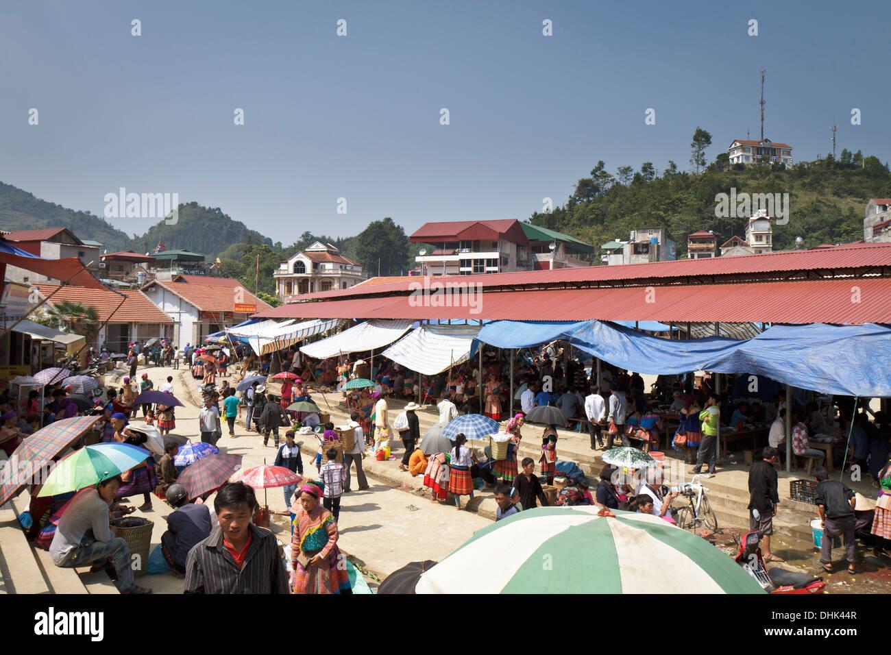 Descripción del mercado de Bac Ha en el Noroeste de Vietnam, el gran espacio cubierto es donde la gente está disfrutando de su almuerzo. Imagen De Stock