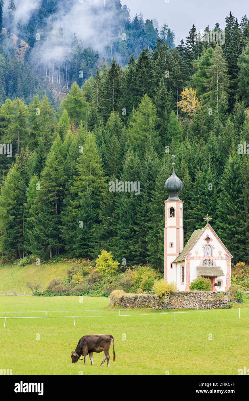 St. Johann (San Giovanni en italiano) capilla en Val di Funes en los Dolomitas, en el norte de Italia Foto de stock