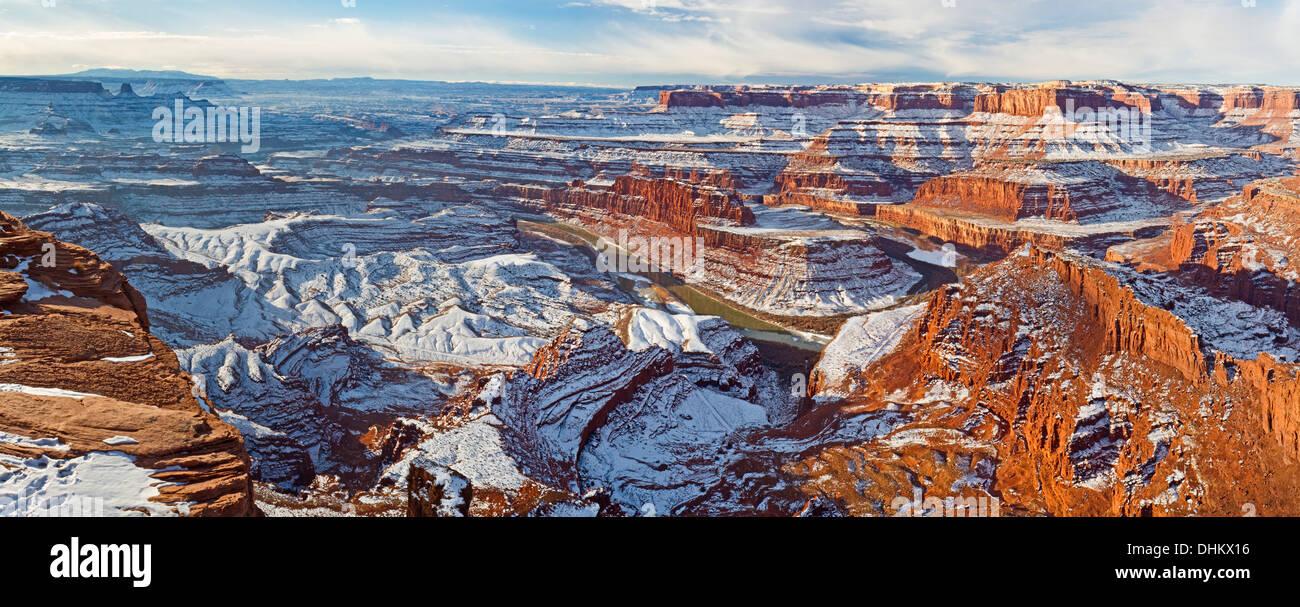 Panorámica Vista invernal de cuello de cisne de una curva en el Río Colorado y el Parque Nacional Canyonlands de Dead Horse Point vistas Foto de stock