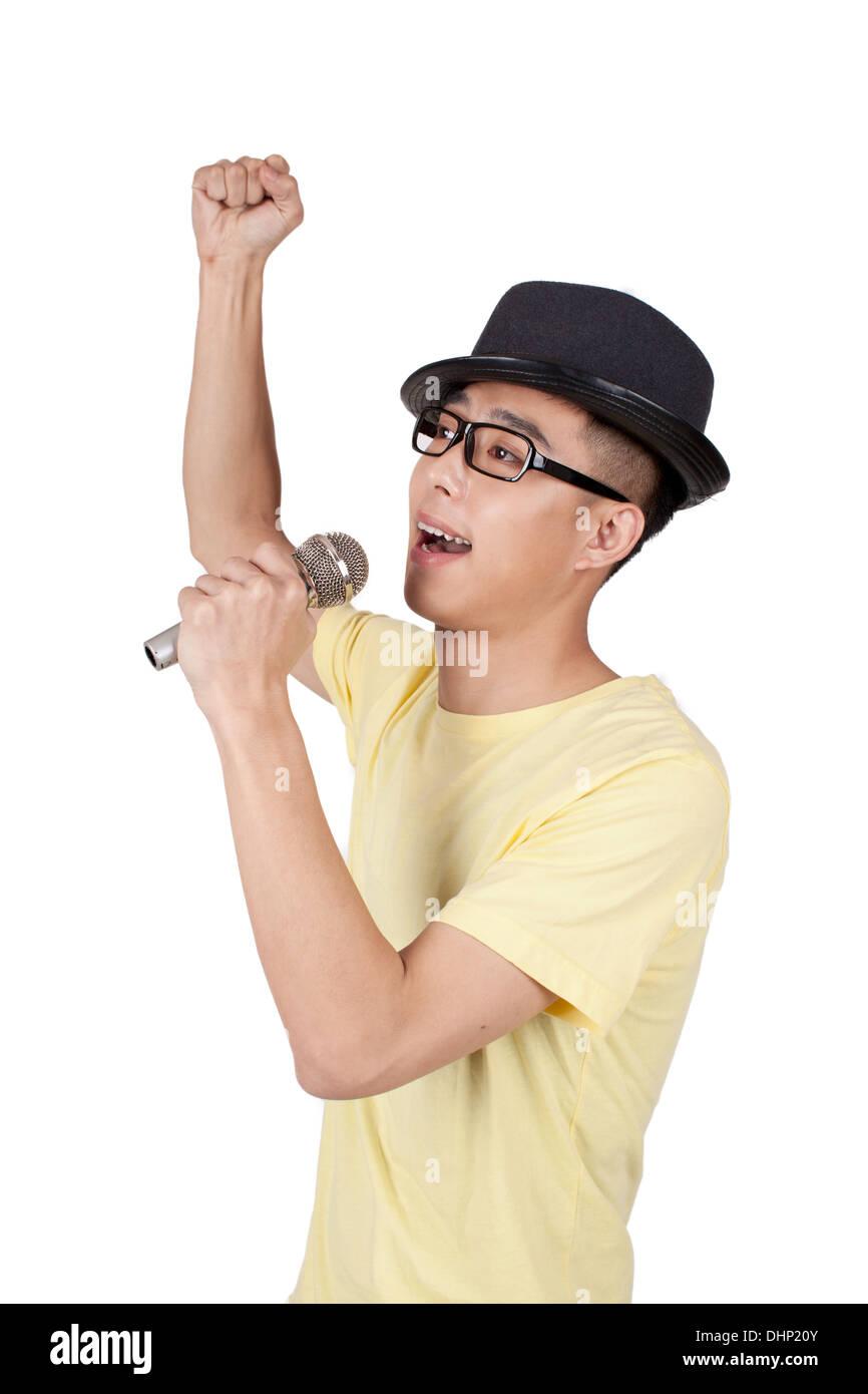 Joven cantando en el micrófono Foto de stock