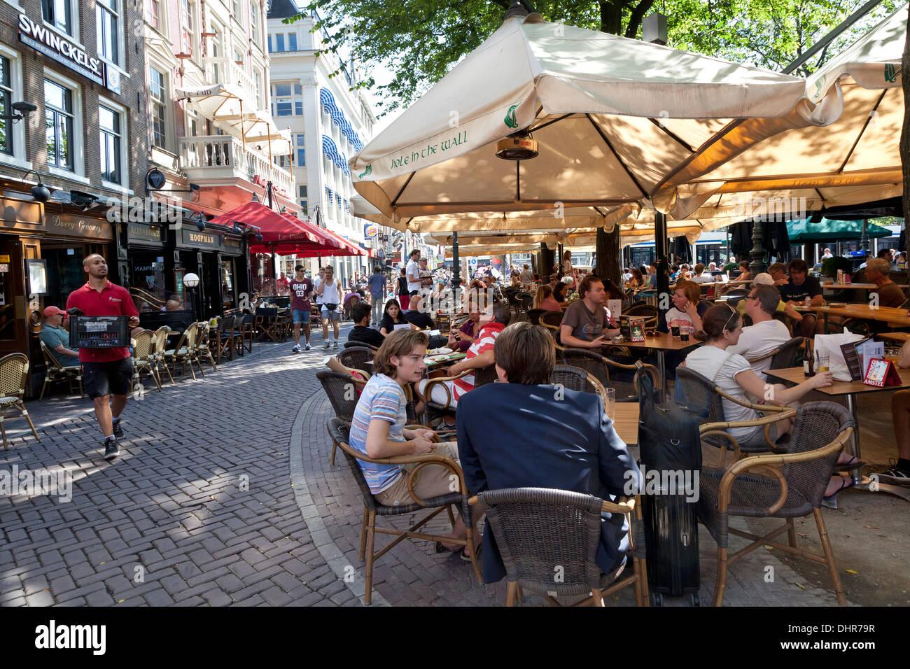 Terrazas de verano en la plaza Leidseplein en Amsterdam, Países Bajos Imagen De Stock
