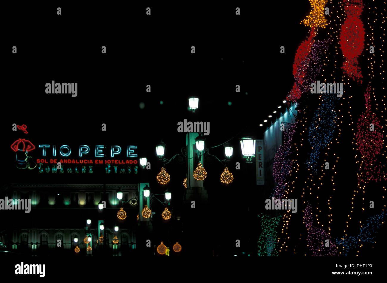 Las luces de Navidad en la Puerta del Sol de Madrid con el que no aparezca ya Tio Pepe anuncio. Imagen De Stock
