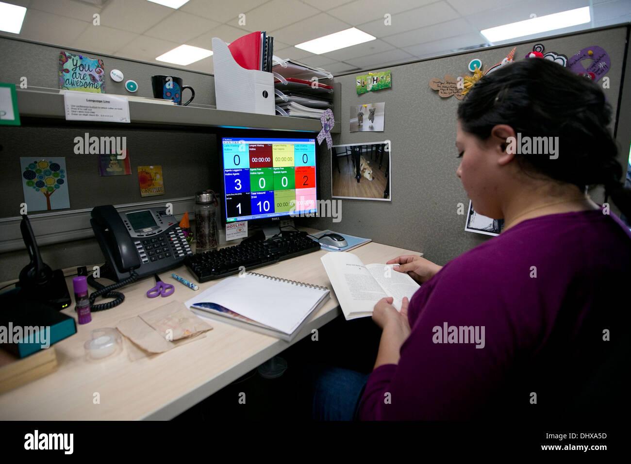 Abogado empleado en el Domestic Abuse hotline centro toma las llamadas telefónicas en el centro de Texas. Imagen De Stock