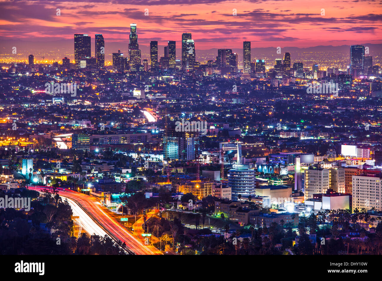 El centro de Los Angeles, California, usa el horizonte al amanecer. Imagen De Stock