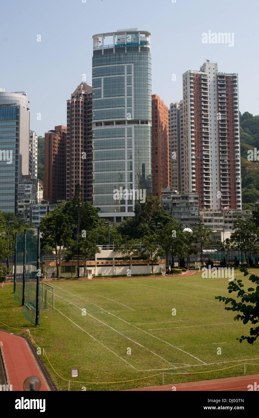 El Causeway Bay Sports Ground ofrece espacio para una serie de actividades que incluyen una pista de atletismo y campo de deportes. Imagen De Stock