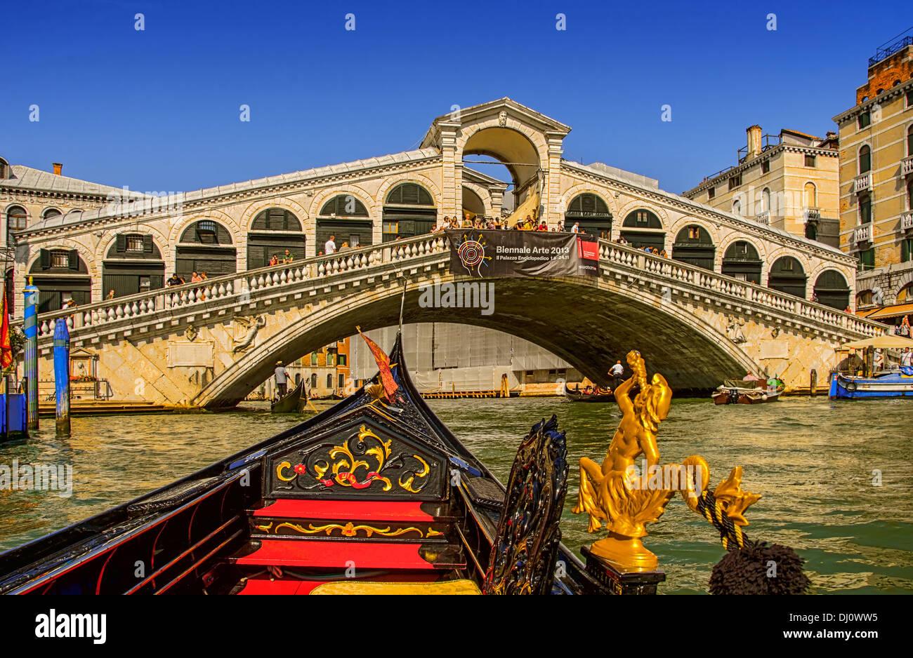 Los pasajeros de góndola vista del Puente de Rialto en el Gran Canal de Venecia, Italia. Imagen De Stock