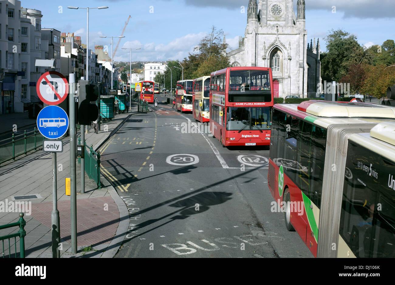 Buses en un tramo de carril bus bidireccional, York Place, Brighton. Imagen De Stock