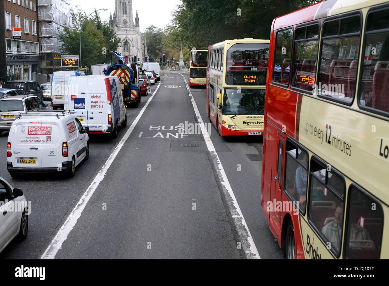 Buses en un tramo de carril bus bidireccional, Gloucester Place, Brighton. Imagen De Stock