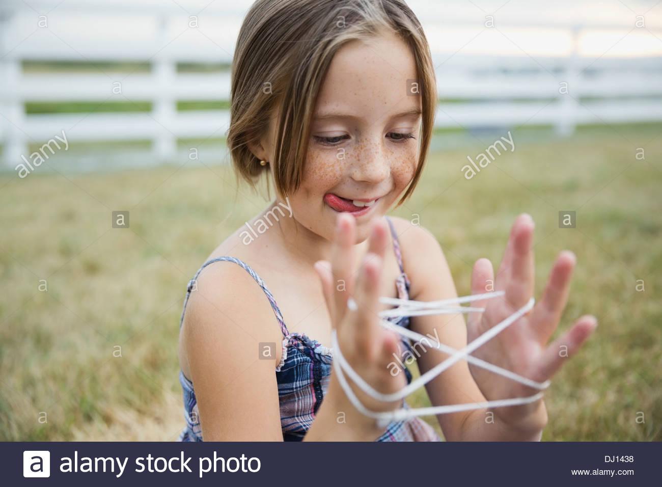 Niña jugando castcradle afuera Imagen De Stock