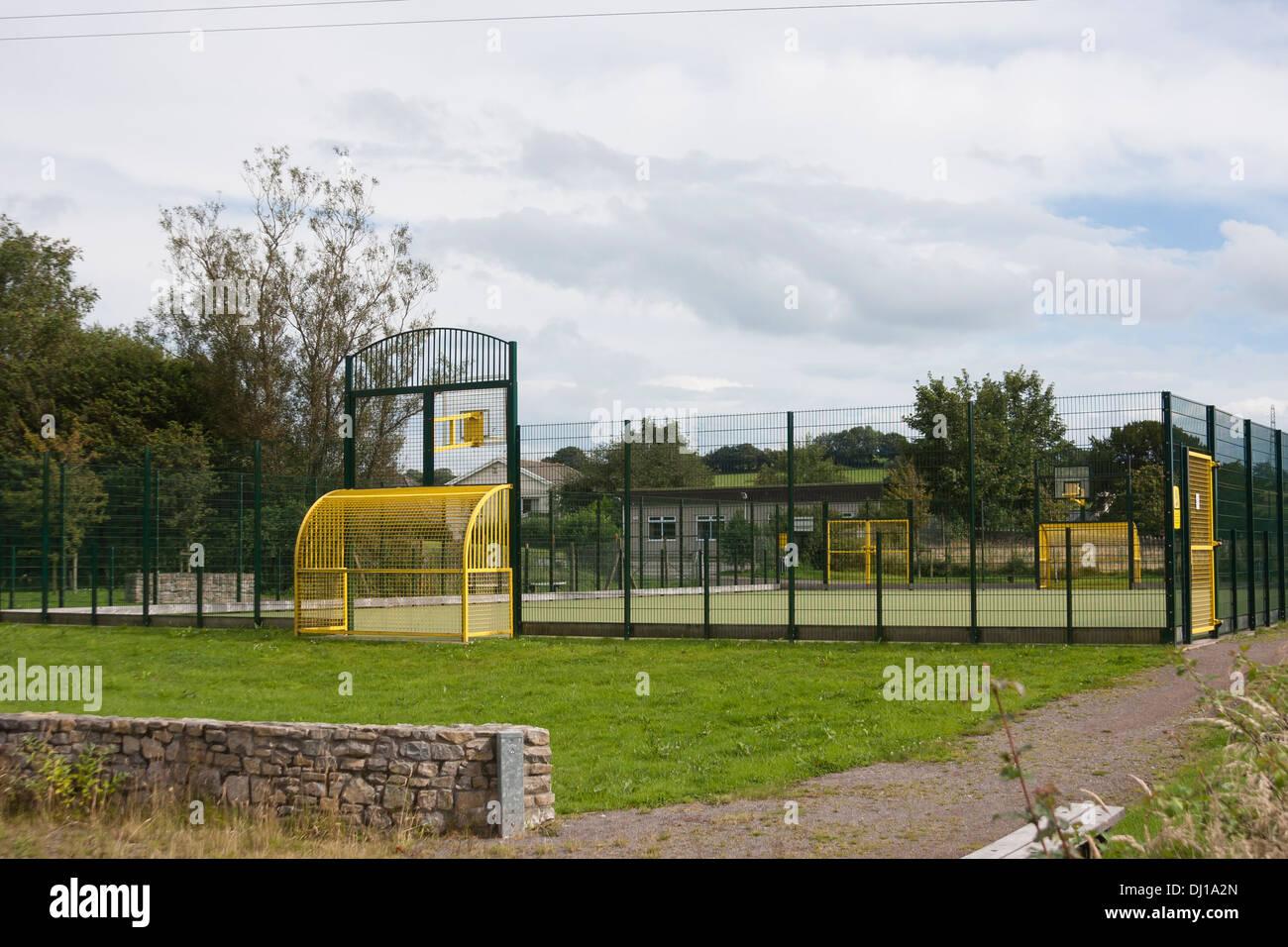 Campo de deportes escolares con valla de seguridad Imagen De Stock