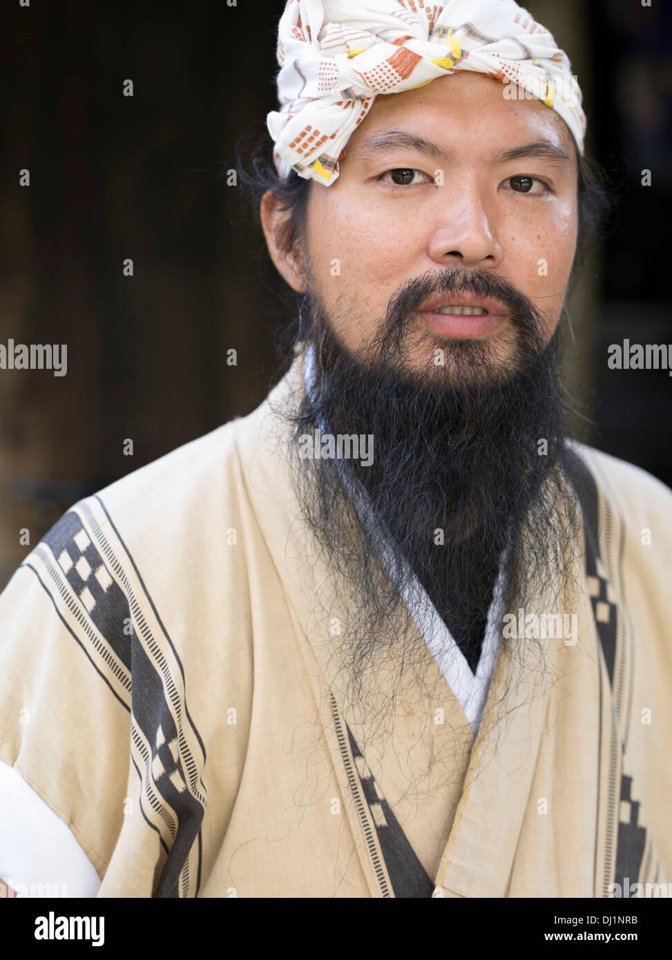 Hombre de Okinawa en traje tradicional en el histórico pueblo de Mura Ryukyu, Okinawa, Japón Imagen De Stock
