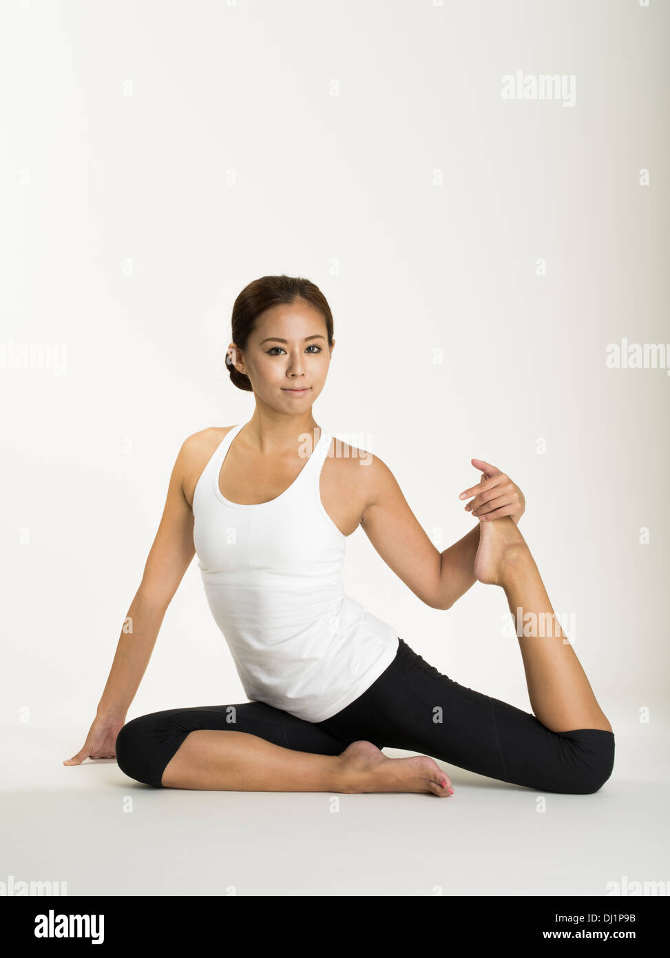 Mujer japonesa prácticas de yoga, meditación, estiramientos y mindfulness para lograr salud física y espiritual Imagen De Stock
