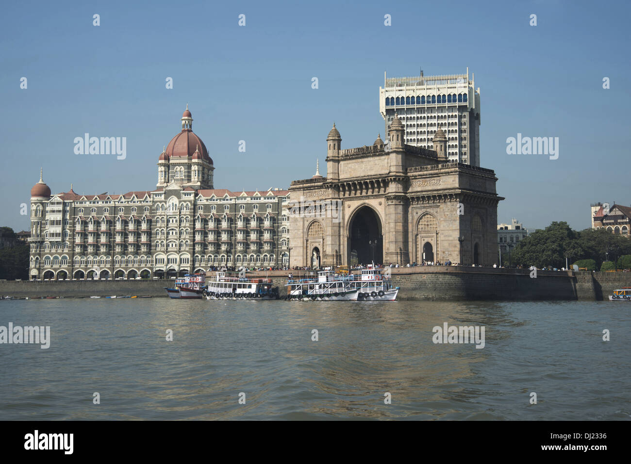 Imagen que muestra la puerta de la India con los hoteles Taj, en el fondo, Mumbai. Imagen De Stock