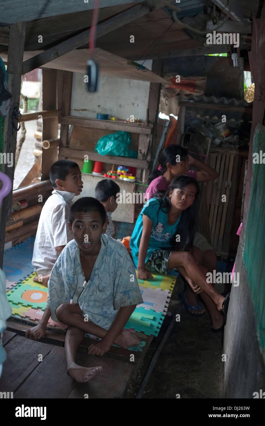 Los niños desfigurados de familia pobre lisiado Bali desafió la pobreza extrema de fuelle Indonesia estándar 29 las condiciones de casa hars Imagen De Stock
