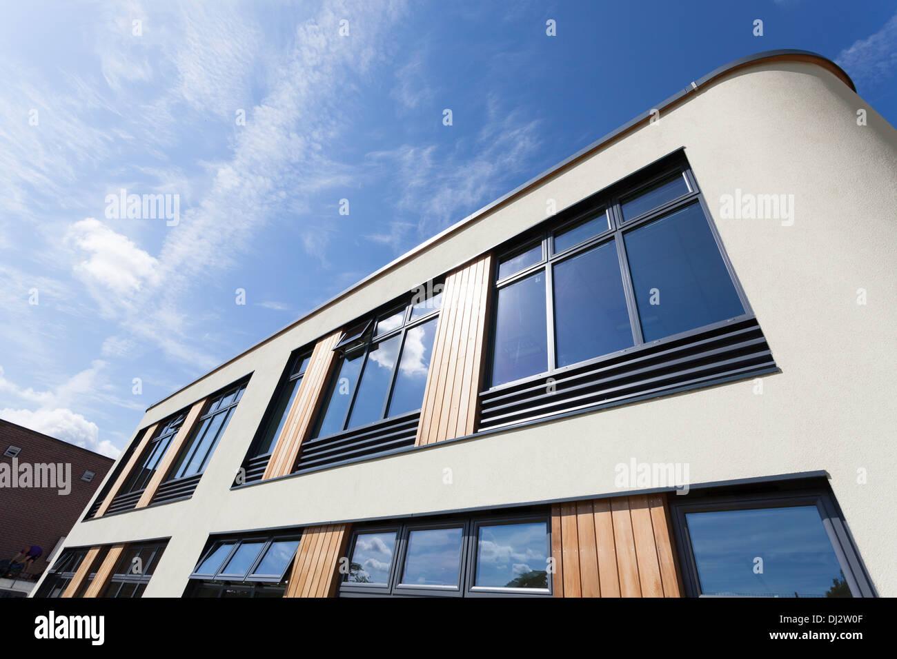 La arquitectura moderna de la escuela exterior. Imagen De Stock