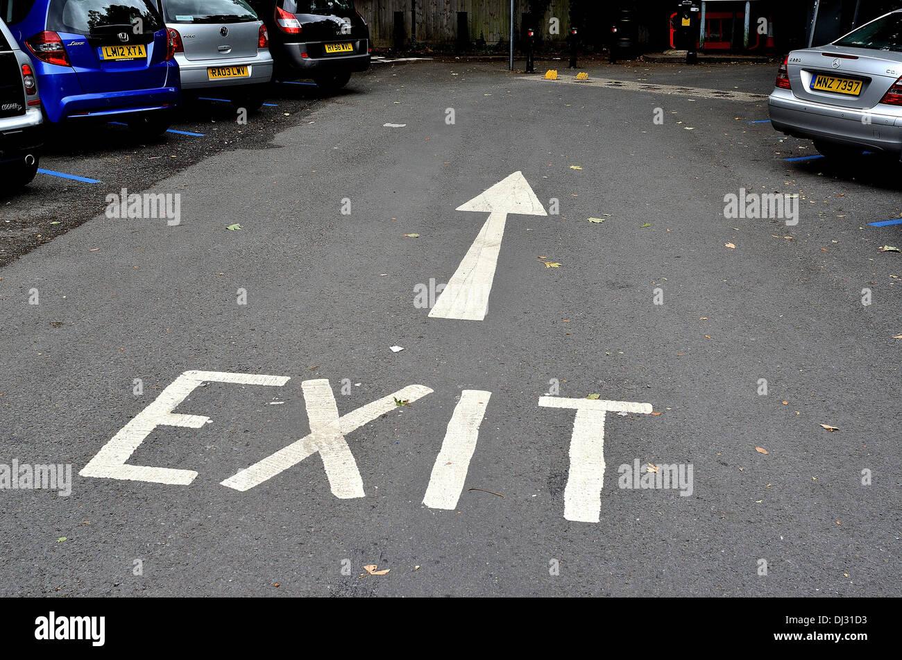 Señal de salida y la flecha pintada sobre car park road Foto de stock