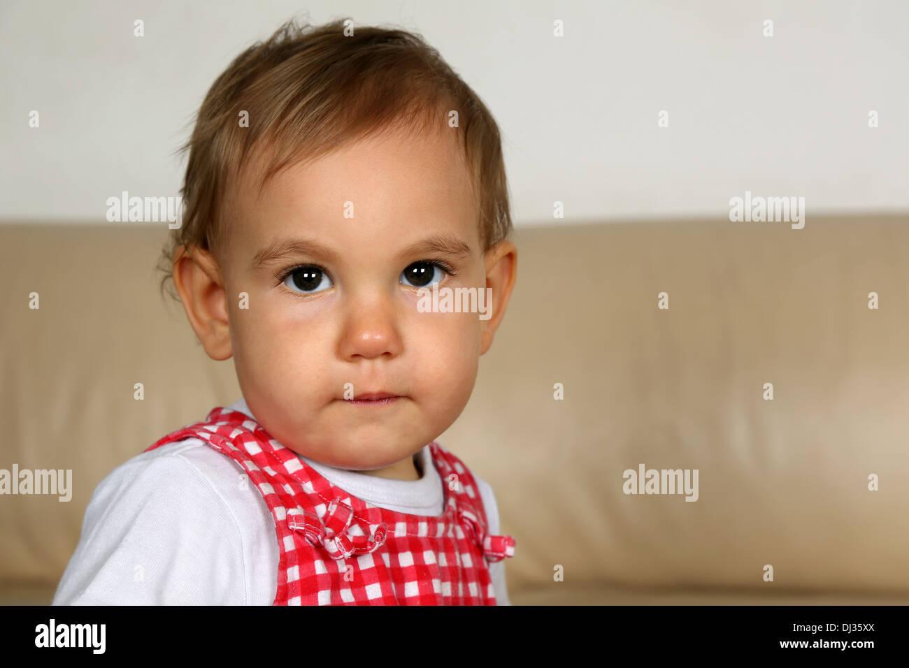 Little Girl With Big Eyes Imágenes De Stock   Little Girl With Big ... 042d98b0c8e