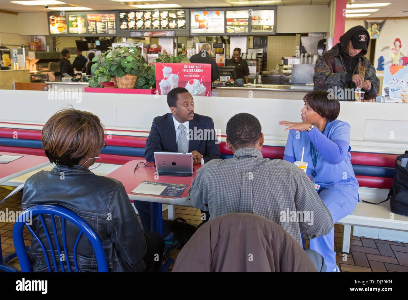 """Político tiene """"hora del café"""" para discutir las preocupaciones de los mandantes Imagen De Stock"""