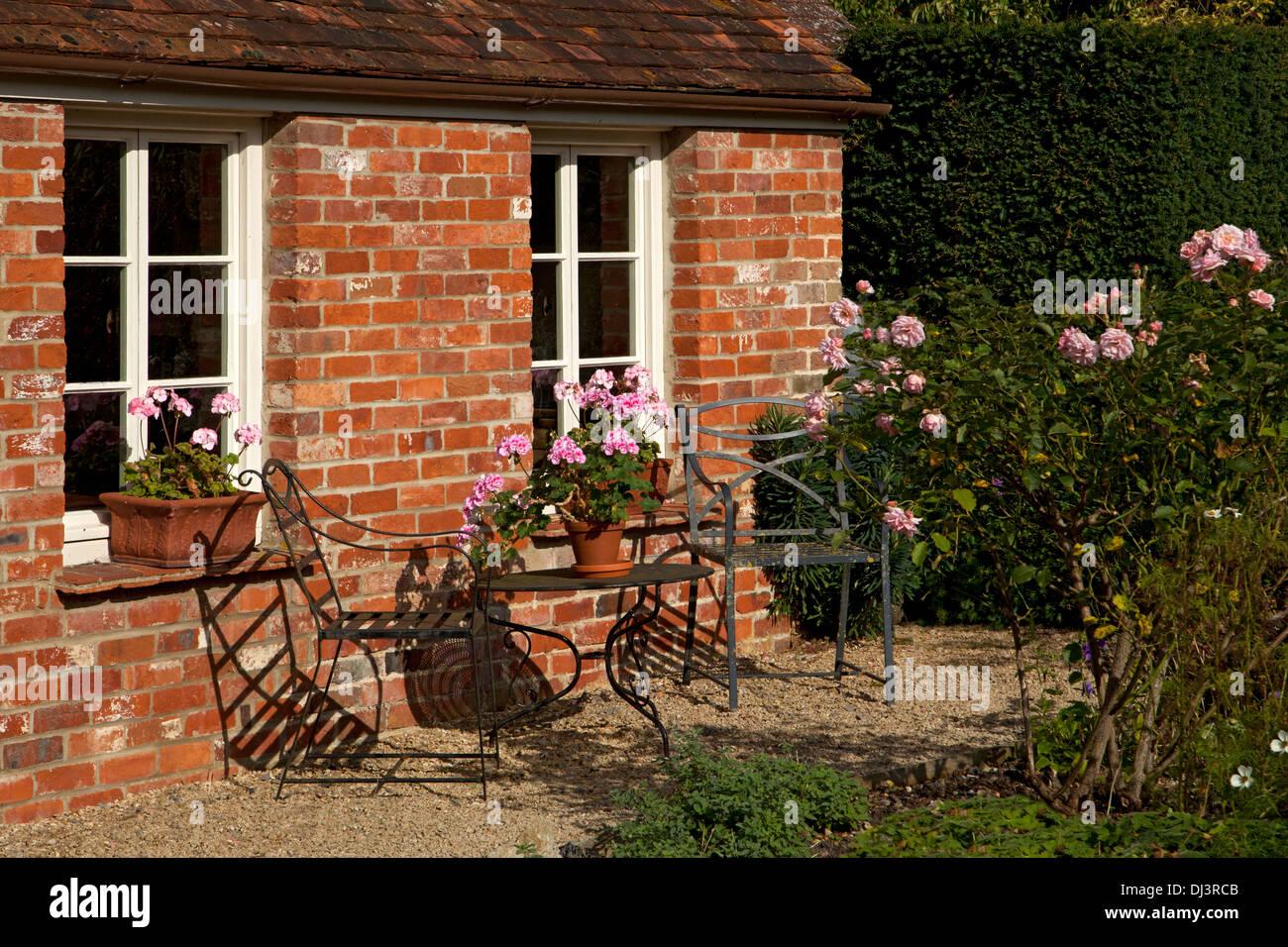 Jardín de la casa de ladrillo de estilo victoriano con muebles de ...