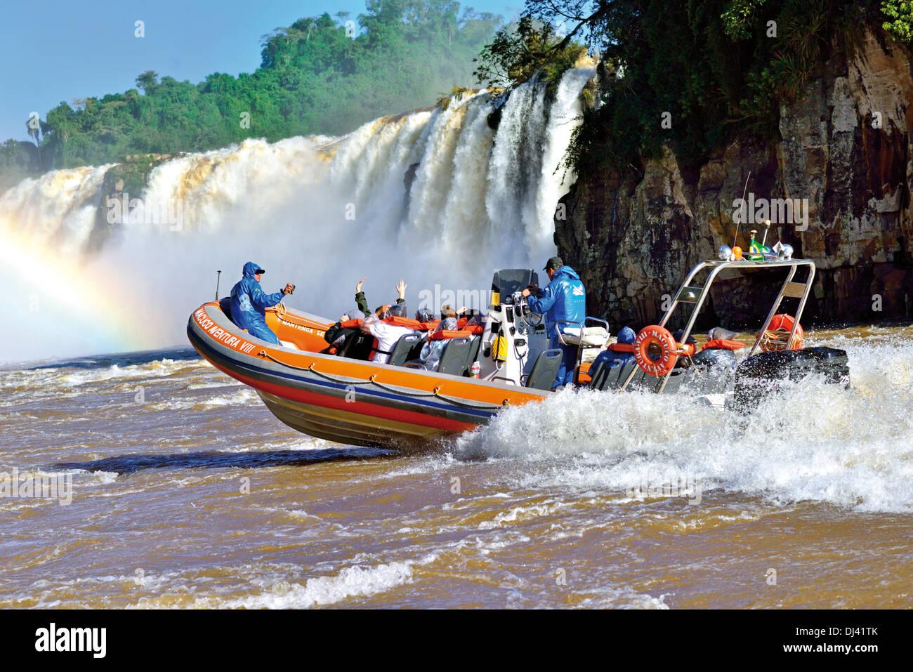 Brasil, el Parque Nacional Iguazú: viaje en barco con Safari Macuco Safari a la base de las Cataratas del Iguazú Imagen De Stock