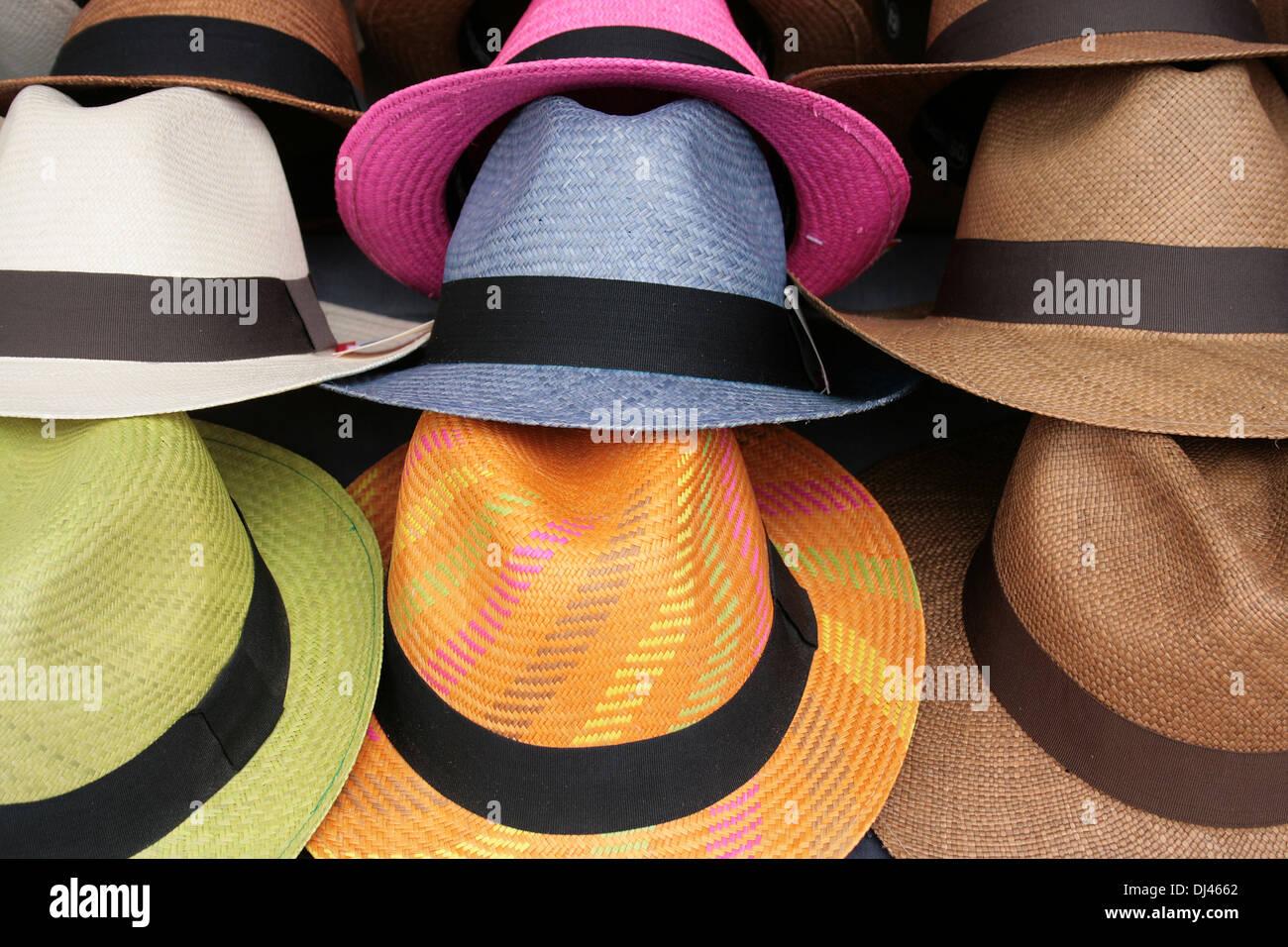 Los sombreros Panamá coloridos hechos a mano para la venta en el mercado de  artesanías al 262dc74e989