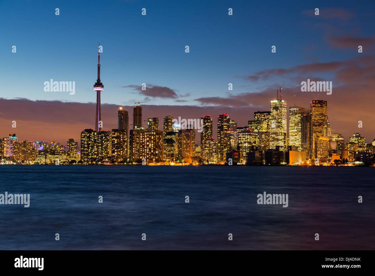 Horizonte de Toronto a través del Lago Ontario, Canadá en la noche / crepúsculo Imagen De Stock