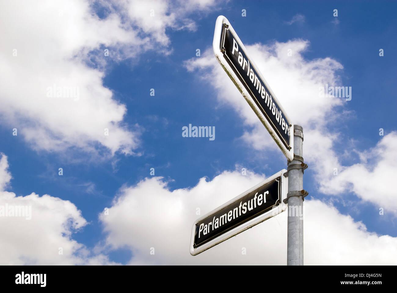 Cartel con el nombre de la calle en frente de cielo azul Foto de stock
