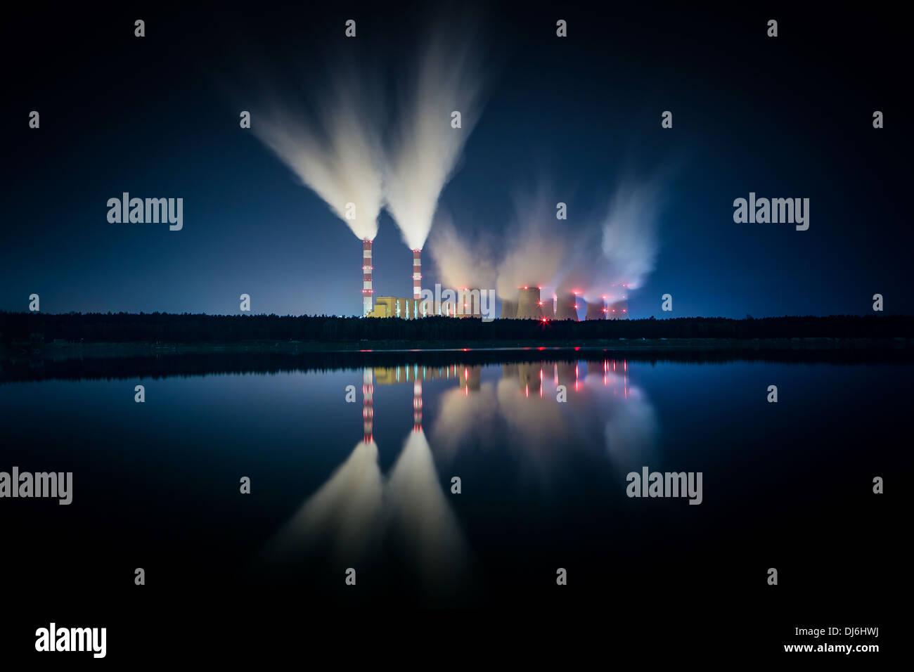 La estación de energía de carbón y la noche - El Belchatow de Polonia. Imagen De Stock