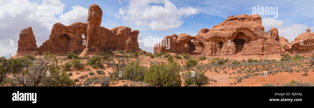 Sección Windows mirando hacia el arco doble, Parque Nacional Arches, en Utah, EE.UU. Imagen De Stock