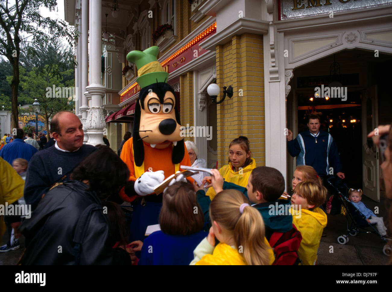 Francia Paris Eurodisney Goofy firmando autógrafos Foto de stock