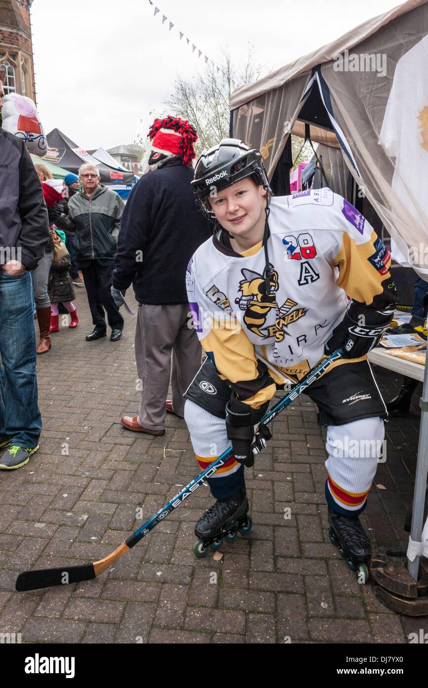 Sarah Bracknell abejas Gunstone del equipo de hockey sobre hielo en Wokingham anual Carnaval de Invierno. Wokingham, Berkshire, Inglaterra, GB, Reino Unido. Imagen De Stock