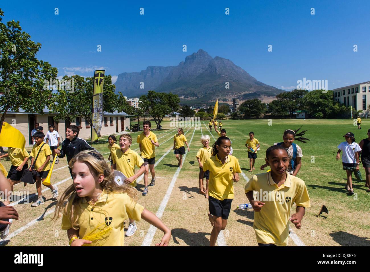 Los estudiantes celebran el Día del campo de deportes, St Georges School, Ciudad del Cabo, Sudáfrica Imagen De Stock