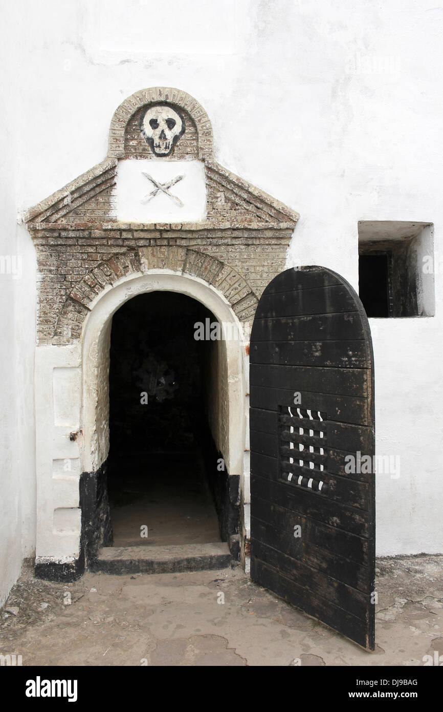 Puerta a una mazmorra donde portándose mal esclavos quedaron en confinamiento solitario - castillo de Elmina, Ghana Foto de stock