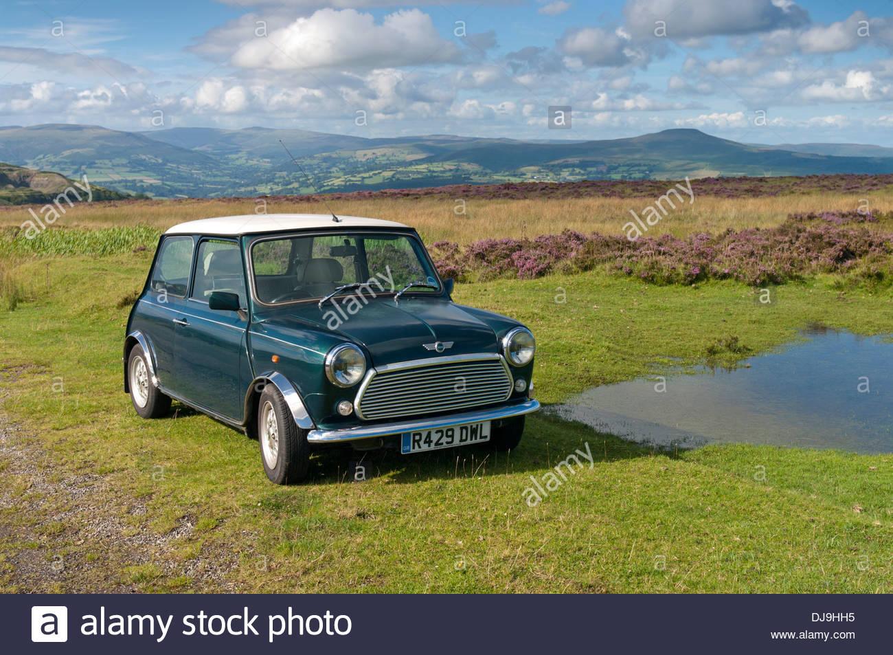 Rover Mini coche en el paisaje Imagen De Stock