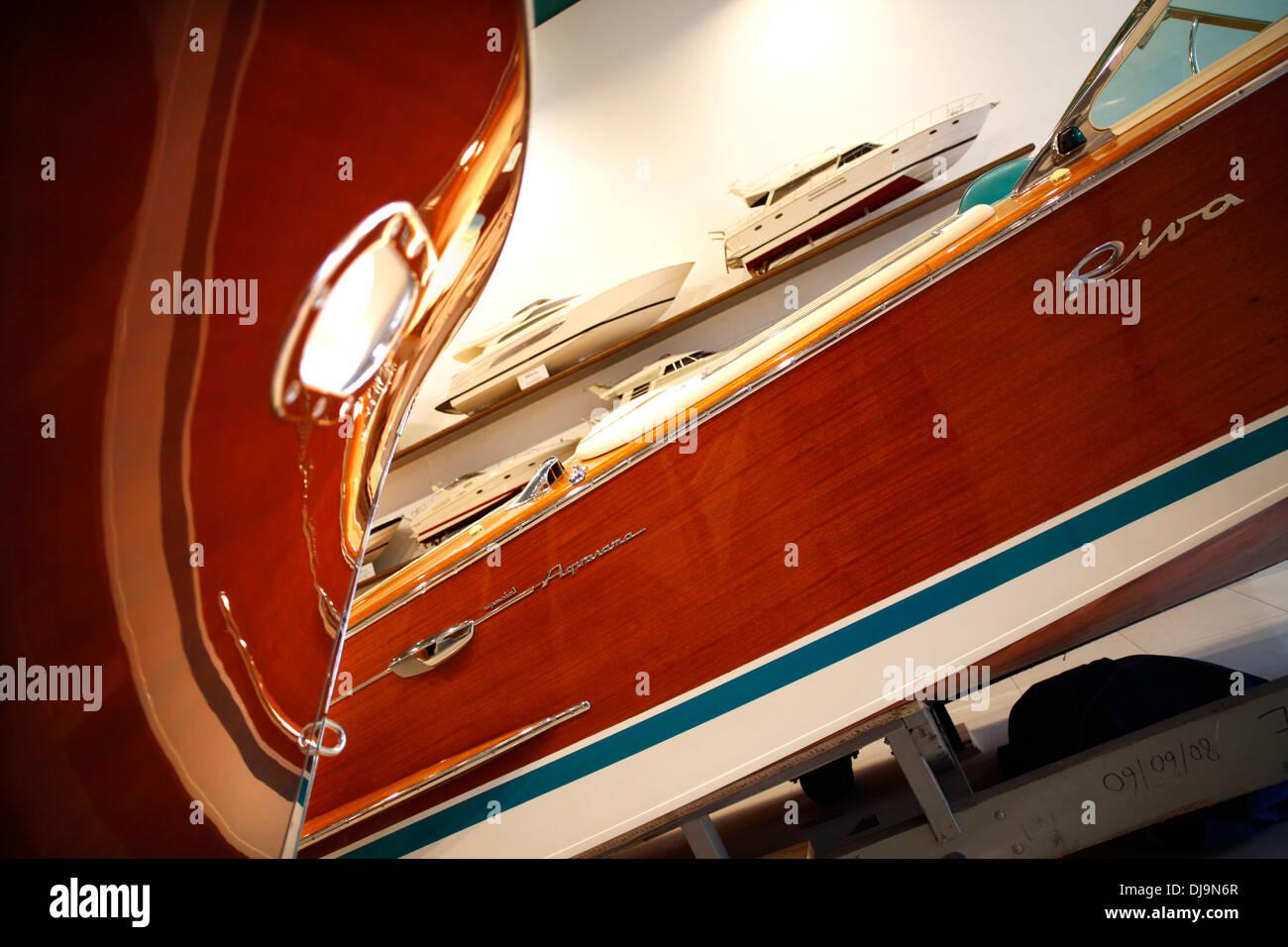 Yates Riva clásico en la pantalla en la fábrica de lago de Iseo en Sarnico, Italia. Imagen De Stock