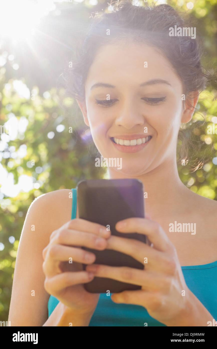 Contenido joven marcar con su smartphone Imagen De Stock