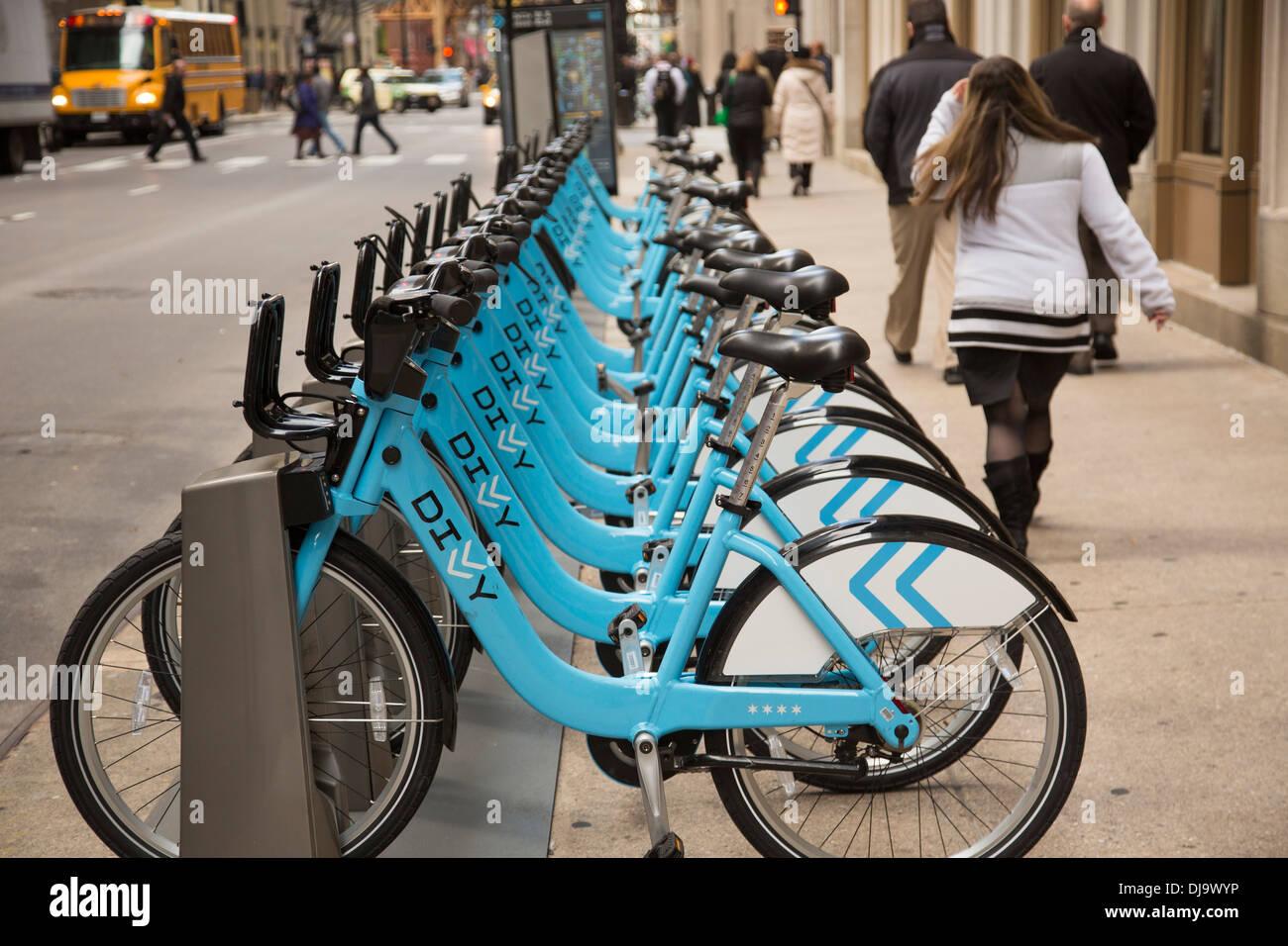 Chicago, Illinois - una bicicleta compartir la estación de acoplamiento en el distrito financiero de Chicago. Imagen De Stock