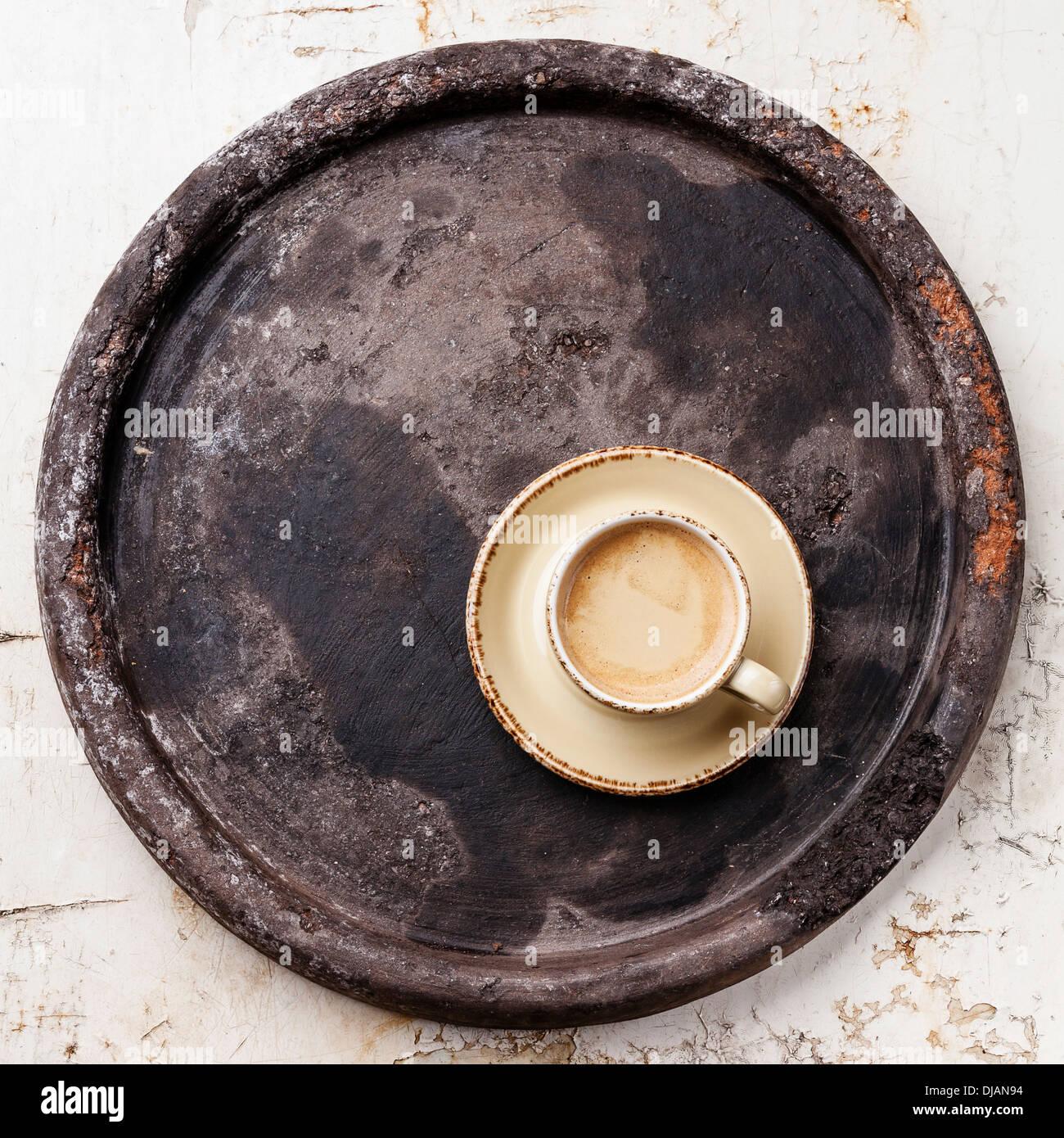 La taza de café sobre la bandeja de piedra oscura Imagen De Stock