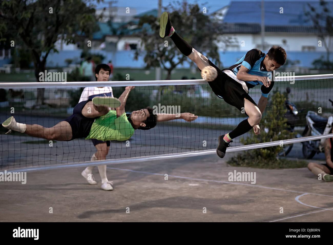 Atletismo extrema durante un juego de Sepak Takraw. Tailandés tradicional y popular juego de fútbol. Tailandia S. E. Asia Imagen De Stock