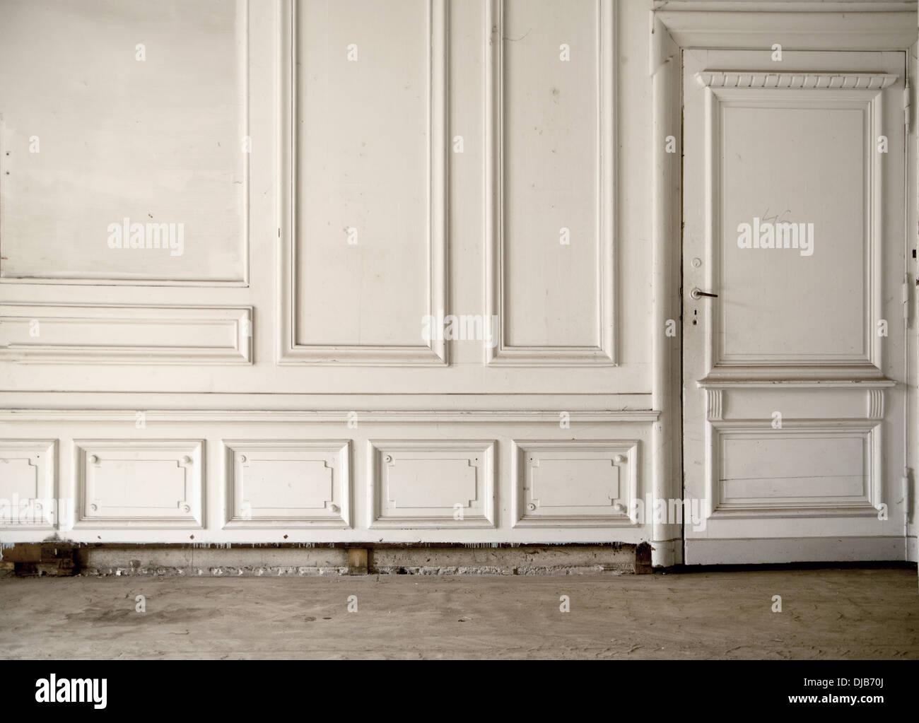 Pared Blanca en el luminoso interior antigua Imagen De Stock