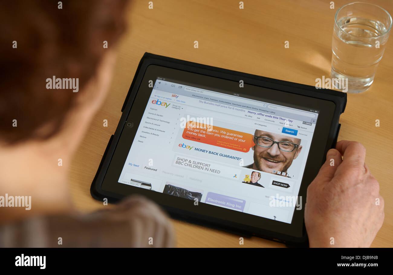 Mujer mirando en la página de ebay en un tablet pc Imagen De Stock