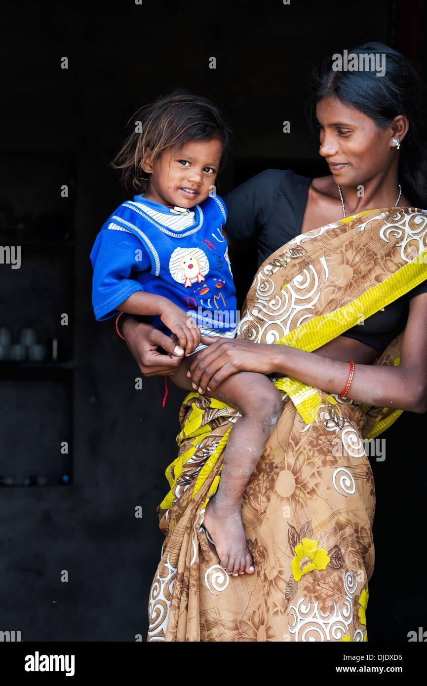 Feliz sonriente indio rural madre e hijo en la puerta de su casa. En Andhra Pradesh, India Foto de stock