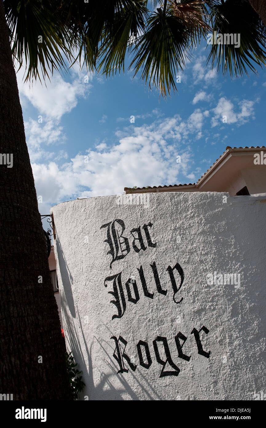 Firmar fuera del bar Jolly Roger en Mallorca. Foto de stock