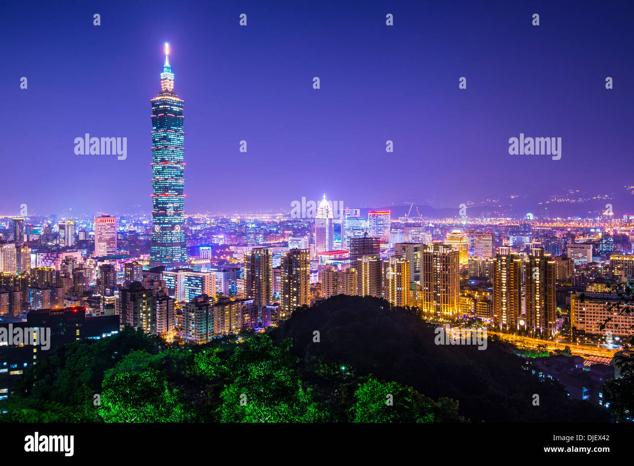 Modernos edificios de oficinas en Taipei, Taiwán en la noche. Imagen De Stock
