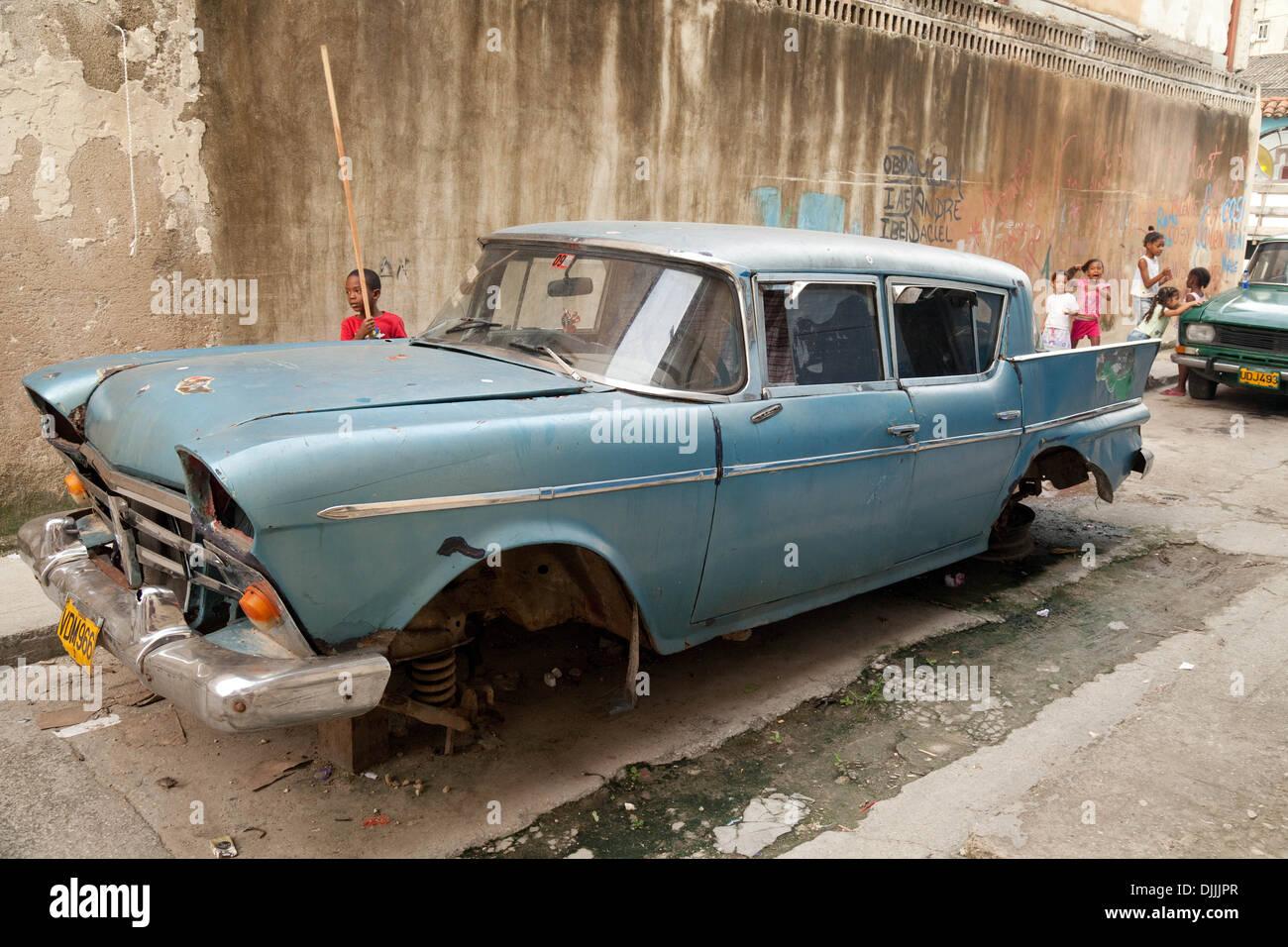 Un viejo coche americano en los montones de ladrillos, la pobreza en una zona pobre de la Ciudad de La Habana, Cuba, El Caribe Imagen De Stock
