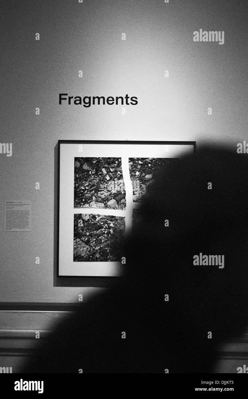 Fotografía de una imagen en un museo llamado fragmentos con una ...